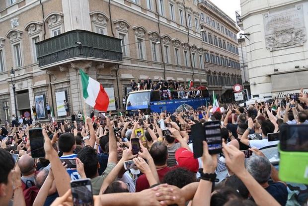 Hàng vạn người xuống đường xem Italy cầm cúp diễu hành mừng chức vô địch Euro 2020: Cầu thủ đốt pháo sáng - Ảnh 7.