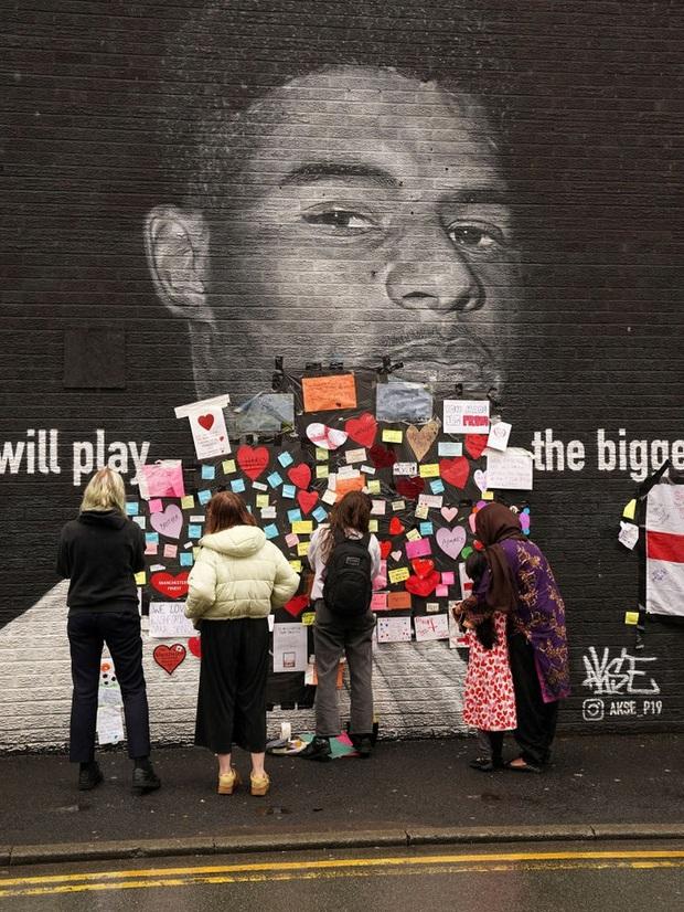 Tiền đạo tuyển Anh suýt khóc vì những thông điệp ý nghĩa của fan che phủ lên bức tranh tường bị phá hoại - Ảnh 7.