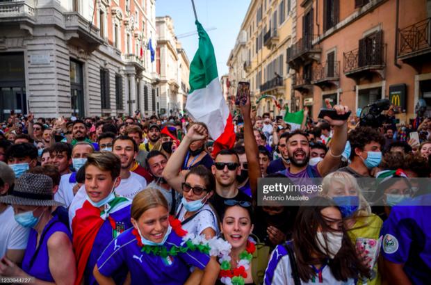 Tuyển Italy hãnh diện mang cúp bạc Euro 2020 tới diện kiến Tổng thống - Ảnh 9.