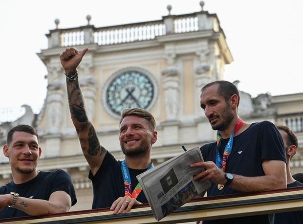 Hàng vạn người xuống đường xem Italy cầm cúp diễu hành mừng chức vô địch Euro 2020: Cầu thủ đốt pháo sáng - Ảnh 10.