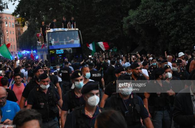 Hàng vạn người xuống đường xem Italy cầm cúp diễu hành mừng chức vô địch Euro 2020: Cầu thủ đốt pháo sáng - Ảnh 11.