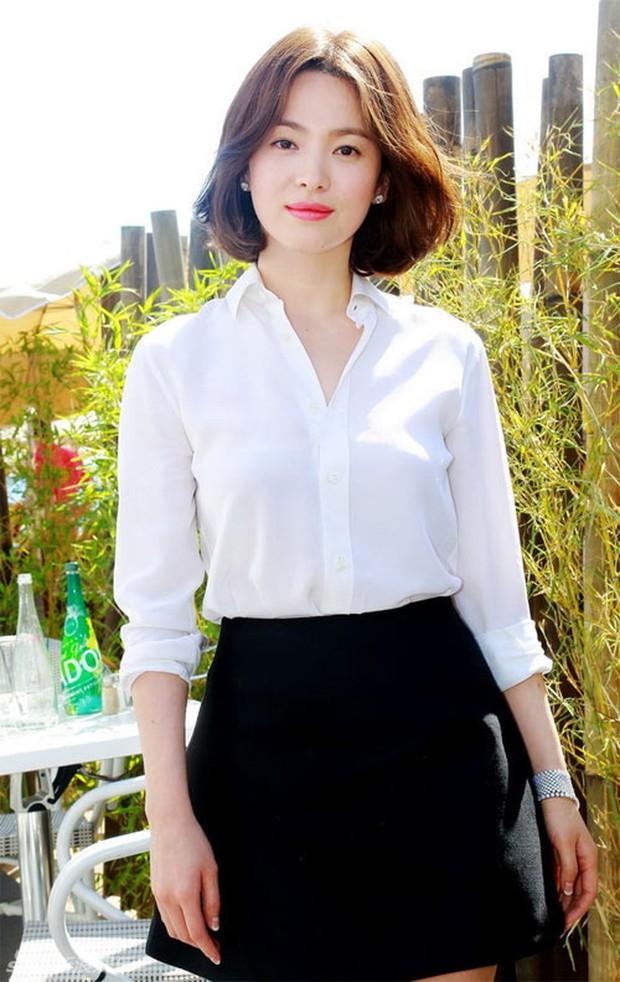 """Song Hye Kyo """"đại náo"""" Cannes: Giản dị mà vẫn đẹp ngất, """"nấm lùn"""" so kè với Chương Tử Di, lu mờ cả Huỳnh Hiểu Minh - Ảnh 10."""