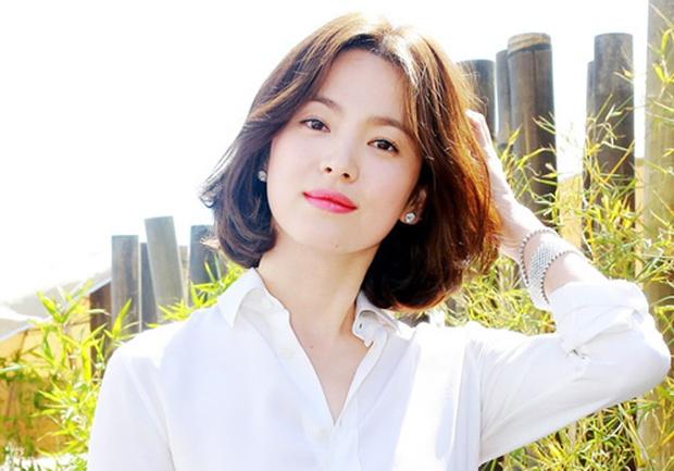 """Song Hye Kyo """"đại náo"""" Cannes: Giản dị mà vẫn đẹp ngất, """"nấm lùn"""" so kè với Chương Tử Di, lu mờ cả Huỳnh Hiểu Minh - Ảnh 11."""