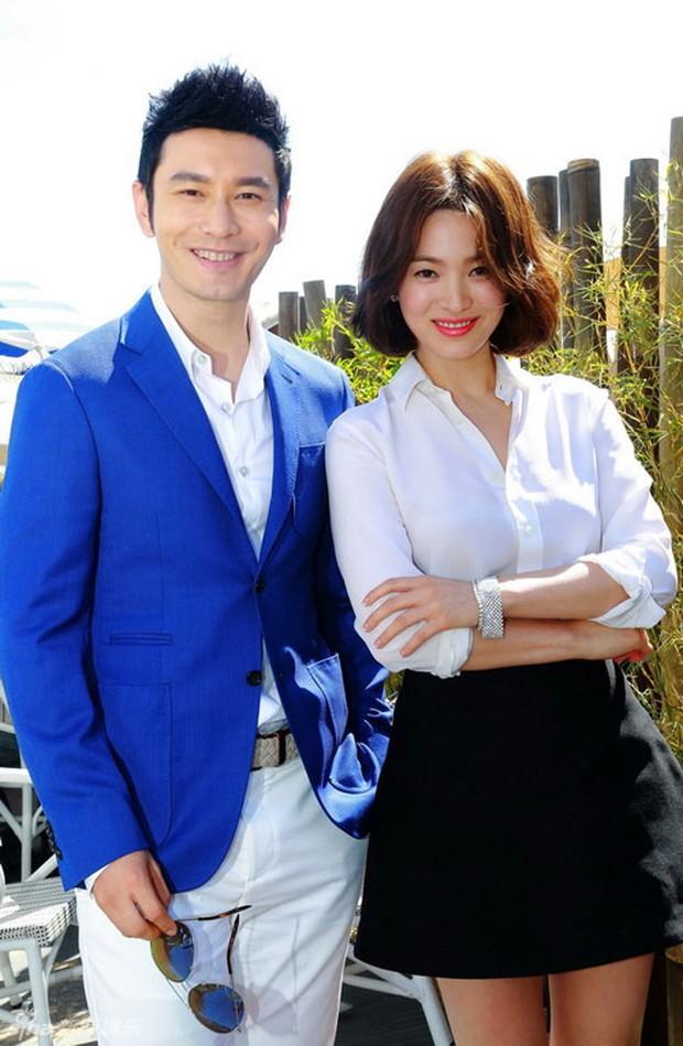 """Song Hye Kyo """"đại náo"""" Cannes: Giản dị mà vẫn đẹp ngất, """"nấm lùn"""" so kè với Chương Tử Di, lu mờ cả Huỳnh Hiểu Minh - Ảnh 9."""