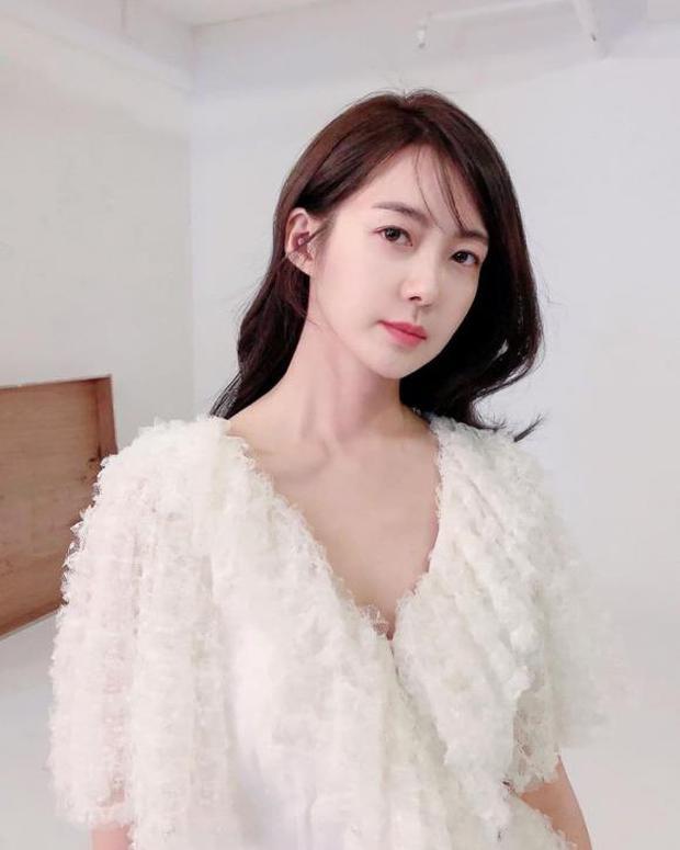 Mỹ nhân Nữ Hoàng Seon Deok khoe ảnh mới, netizen sốc tận óc: Sao 41 tuổi có thể trẻ trung đến vậy? - Ảnh 4.