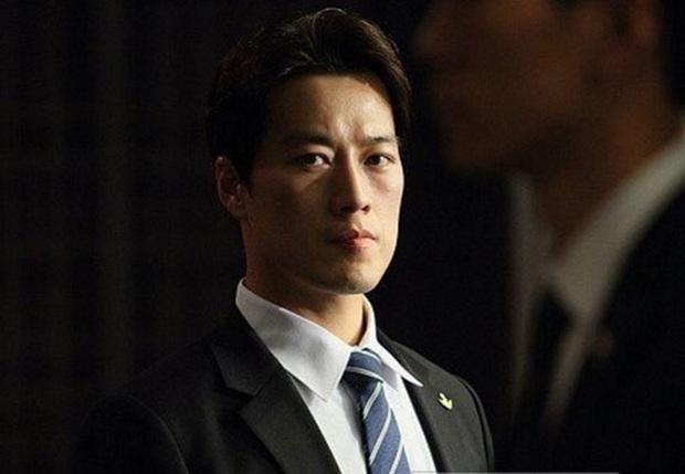 Vệ sĩ đẹp như tài tử của Tổng thống Hàn: Từng phải xin nghỉ việc vì đi đến đâu cũng làm điên đảo, gây bất ngờ với cuộc sống hiện tại bên vợ con - Ảnh 1.
