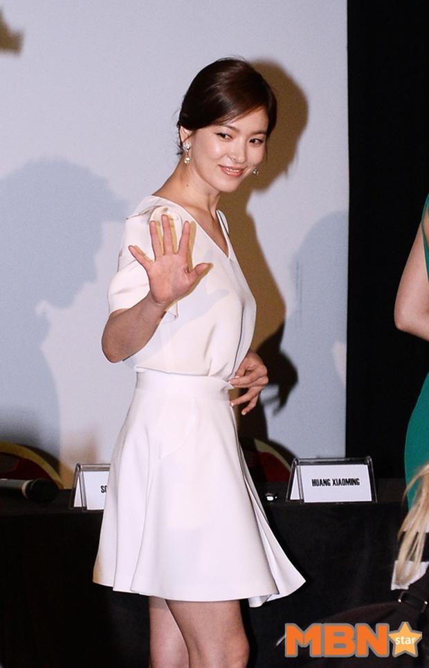 """Song Hye Kyo """"đại náo"""" Cannes: Giản dị mà vẫn đẹp ngất, """"nấm lùn"""" so kè với Chương Tử Di, lu mờ cả Huỳnh Hiểu Minh - Ảnh 7."""