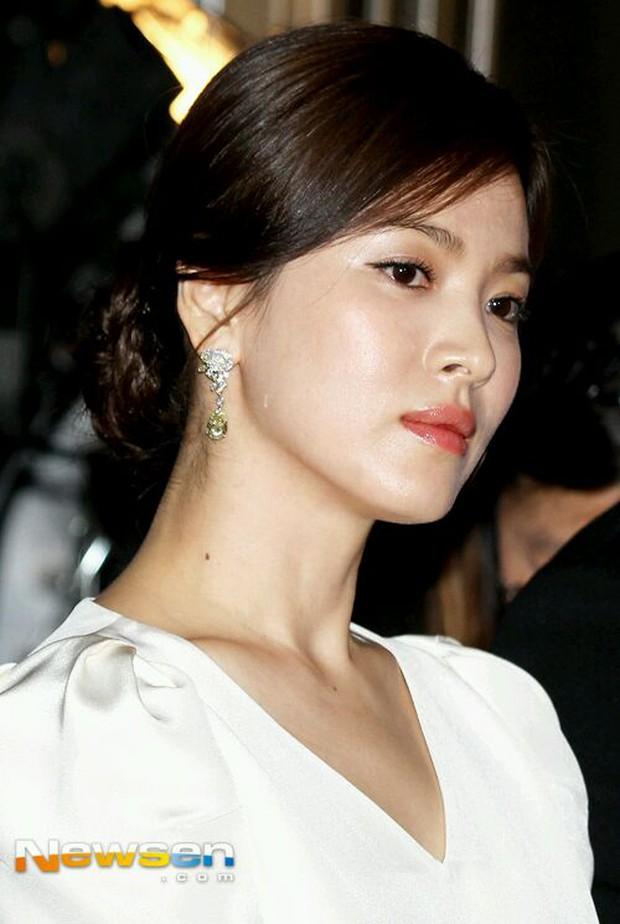 """Song Hye Kyo """"đại náo"""" Cannes: Giản dị mà vẫn đẹp ngất, """"nấm lùn"""" so kè với Chương Tử Di, lu mờ cả Huỳnh Hiểu Minh - Ảnh 8."""