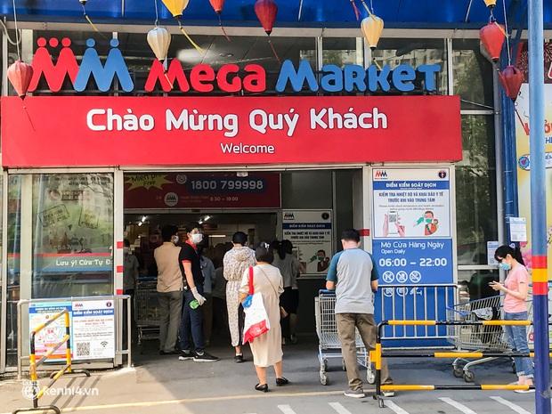 Người dân TP.HCM xếp hàng dài, kiên nhẫn chờ đợi hàng tiếng đồng hồ để vào siêu thị ngày giãn cách - Ảnh 2.