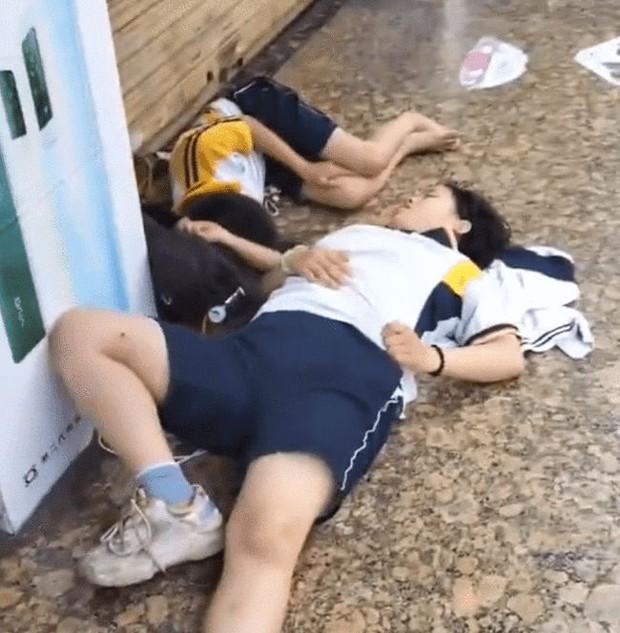 Hai đứa trẻ nằm ngủ vật vờ bên lề đường từ 6 giờ sáng, sự thật đằng sau khiến dân mạng phẫn nộ với bố mẹ - Ảnh 3.