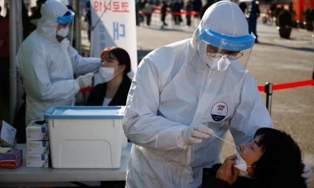 Số ca mắc mới tăng cao nhất từ trước đến nay, Hàn Quốc gia tăng giãn cách xã hội - Ảnh 1.