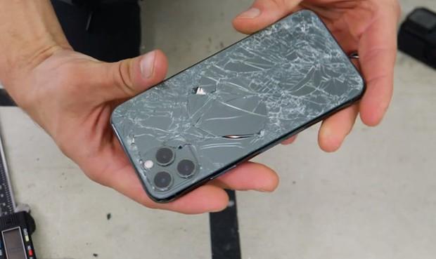 5 vấn đề nghiêm trọng người dùng sẽ gặp phải khi cố đấm ăn xôi không chịu đi thay màn hình điện thoại vỡ - Ảnh 1.