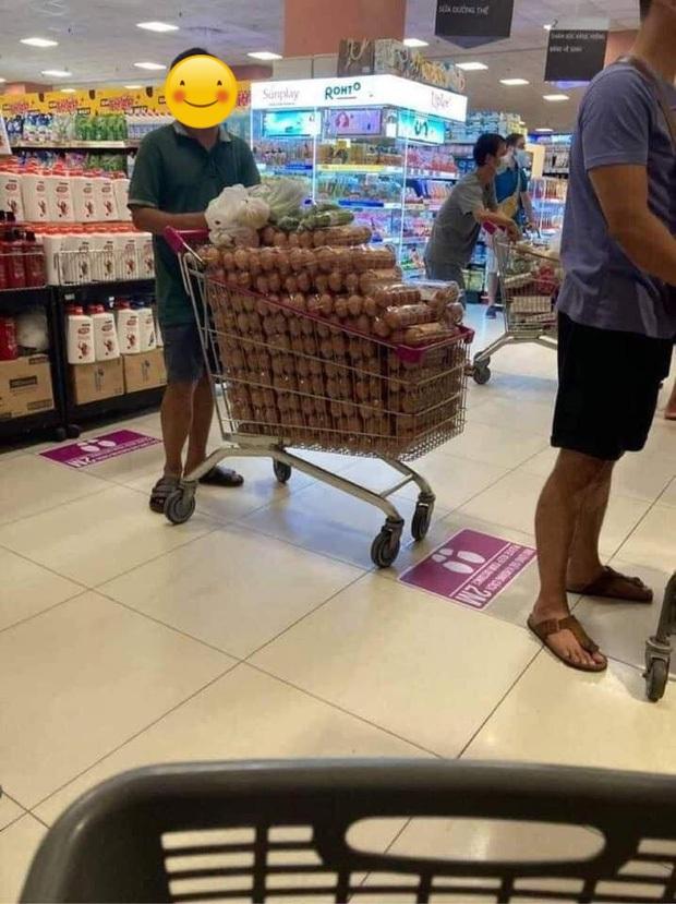 Xôn xao hình ảnh người đàn ông thu gom 1 xe đầy trứng trong siêu thị: Đại diện AEON Việt Nam nói gì? - Ảnh 1.