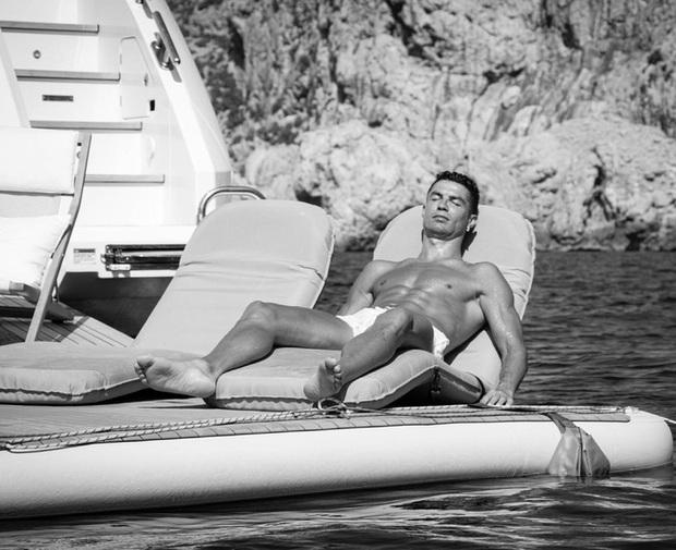 Ronaldo khiến MXH sốt xình xịch bằng tấm hình cực tình cảm cùng bạn gái, nhưng tâm điểm chú ý lại ở chiếc quần đùi - Ảnh 3.