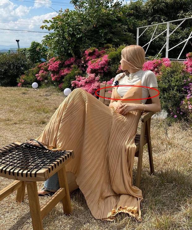 Rosé lại diện mốt váy maxi + quần jeans độc dị, tiếc là lại gây hiểu lầm vì điểm khó nói - Ảnh 3.