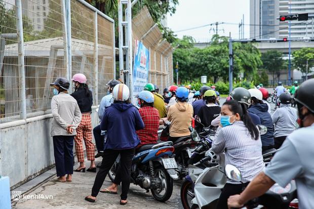Người dân TP.HCM xếp hàng dài, kiên nhẫn chờ đợi hàng tiếng đồng hồ để vào siêu thị ngày giãn cách - Ảnh 3.