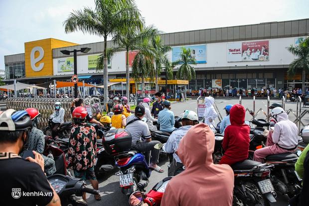 Người dân TP.HCM xếp hàng dài, kiên nhẫn chờ đợi hàng tiếng đồng hồ để vào siêu thị ngày giãn cách - Ảnh 9.
