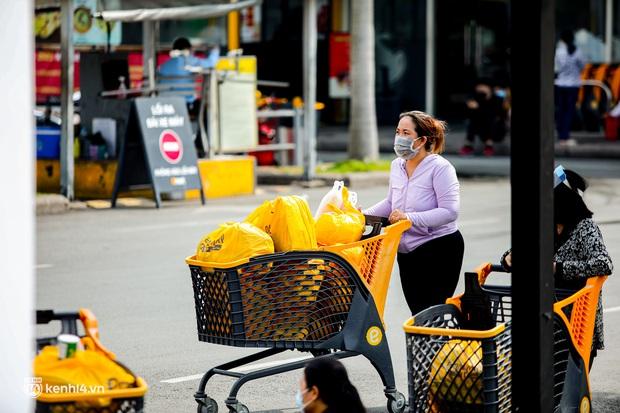 Người dân TP.HCM xếp hàng dài, kiên nhẫn chờ đợi hàng tiếng đồng hồ để vào siêu thị ngày giãn cách - Ảnh 6.