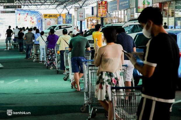 Người dân TP.HCM xếp hàng dài, kiên nhẫn chờ đợi hàng tiếng đồng hồ để vào siêu thị ngày giãn cách - Ảnh 18.