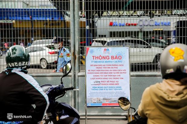 Người dân TP.HCM xếp hàng dài, kiên nhẫn chờ đợi hàng tiếng đồng hồ để vào siêu thị ngày giãn cách - Ảnh 14.