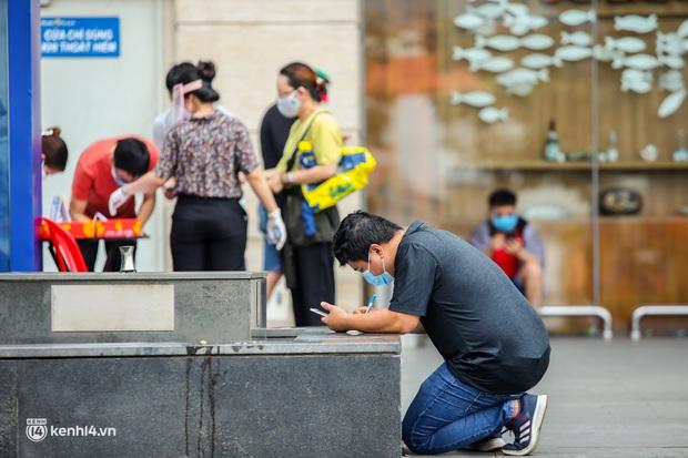 Người dân TP.HCM xếp hàng dài, kiên nhẫn chờ đợi hàng tiếng đồng hồ để vào siêu thị ngày giãn cách - Ảnh 15.