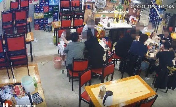 Nửa đêm đi ăn gặp 3 người đàn ông mời rượu, cô gái chẳng mấy chốc gục chết ngay trên bàn, video ghi lại sự việc gây bất bình vì một chi tiết - Ảnh 4.