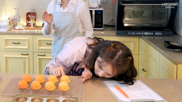 Idol đảm đang nhất Kpop chính là nữ thần nhan sắc này: Nhìn bánh ra lò như đầu bếp chuyên nghiệp, đến Lee Hyori cũng khen hết lời - Ảnh 4.
