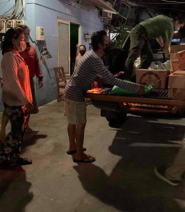 Đóng góp tận 20 tấn gạo từ thiện mùa dịch, Thuỷ Tiên bỗng bị netizen tràn vào Facebook tố phân biệt đối xử - Ảnh 5.