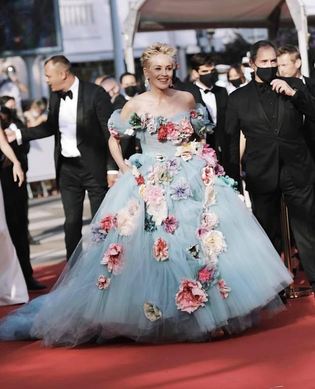 Thảm đỏ LHP Cannes: Tình cũ Brooklyn Beckham lộng lẫy nhưng mặt đầy mụn, mỹ nhân Catwoman như trải thảm hoa rực rỡ nhất hôm nay - Ảnh 7.