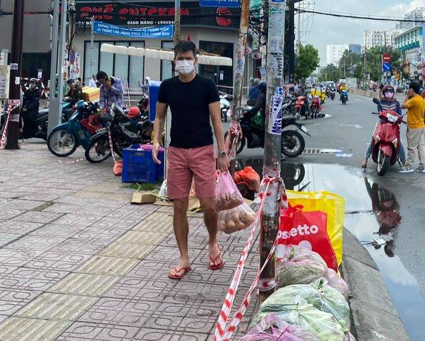 Đóng góp tận 20 tấn gạo từ thiện mùa dịch, Thuỷ Tiên bỗng bị netizen tràn vào Facebook tố phân biệt đối xử - Ảnh 4.