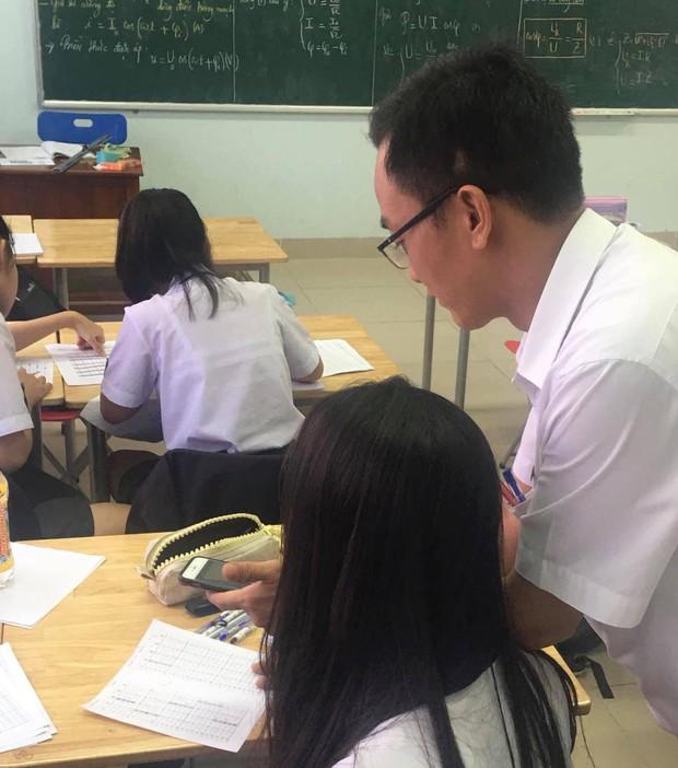 Nữ sinh đang kiểm tra bỗng nhiên bị thầy giáo lấy điện thoại ra chụp, zoom màn hình mới phát hiện sự thật tức cười - Ảnh 1.