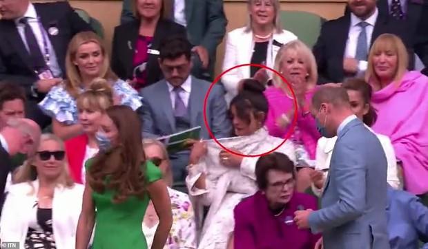 Clip Cựu Hoa hậu Thế giới - bạn thân Meghan Markle 5 lần 7 lượt giả vờ không thấy vợ chồng Công nương Kate gây bão MXH - Ảnh 2.