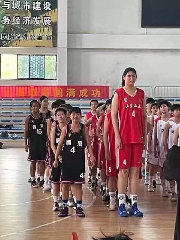 Bé gái 14 tuổi đã cao 2m26, ra sân bóng rổ to gấp rưỡi đối thủ khiến đội bạn chưa chơi đã biết thua - Ảnh 2.