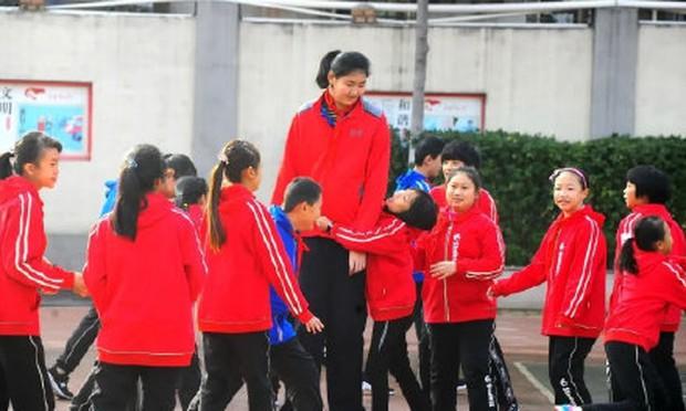 Bé gái 14 tuổi đã cao 2m26, ra sân bóng rổ to gấp rưỡi đối thủ khiến đội bạn chưa chơi đã biết thua - Ảnh 3.
