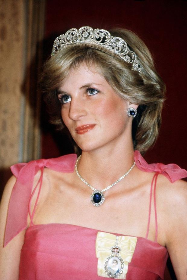 Đẳng cấp công nương Diana: Có tận 5 mẫu túi gắn liền với tên tuổi, trong đó có một chiếc ẩn chứa câu chuyện đau lòng phía sau - Ảnh 1.