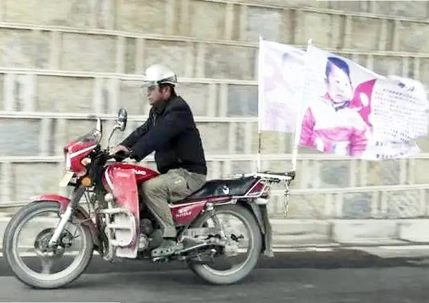 Người cha hội ngộ con trai bị bắt cóc sau 24 năm ròng rã lái xe máy 500.000 km tìm kiếm, khoảnh khắc đoàn tụ khiến ai cũng vỡ oà - Ảnh 2.