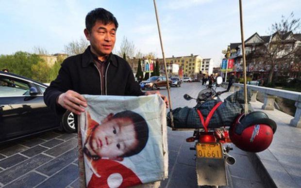 Người cha hội ngộ con trai bị bắt cóc sau 24 năm ròng rã lái xe máy 500.000 km tìm kiếm, khoảnh khắc đoàn tụ khiến ai cũng vỡ oà - Ảnh 3.