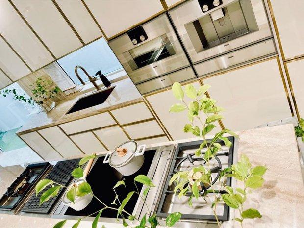 Căn bếp sặc mùi tiền của Hà Hồ: Máy hút mùi ẩn hiện giá 200 triệu, riêng bếp từ cũng gần 60 triệu - Ảnh 2.