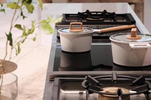 Căn bếp sặc mùi tiền của Hà Hồ: Máy hút mùi ẩn hiện giá 200 triệu, riêng bếp từ cũng gần 60 triệu - Ảnh 5.
