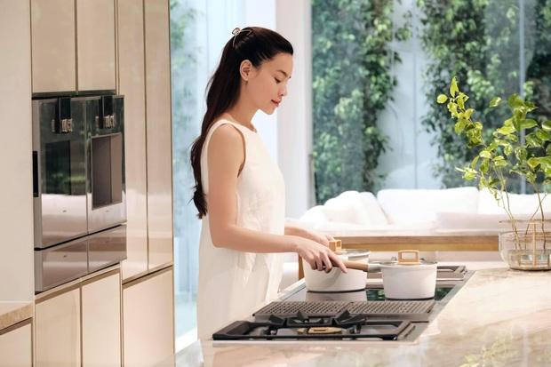 Căn bếp sặc mùi tiền của Hà Hồ: Máy hút mùi ẩn hiện giá 200 triệu, riêng bếp từ cũng gần 60 triệu - Ảnh 1.