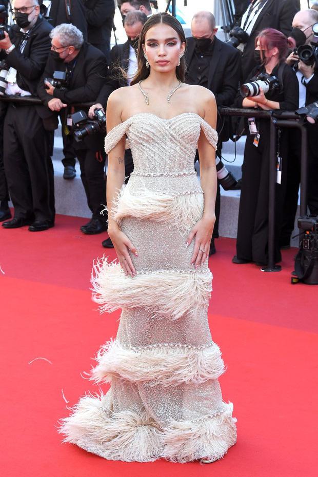 Thảm đỏ LHP Cannes: Tình cũ Brooklyn Beckham lộng lẫy nhưng mặt đầy mụn, mỹ nhân Catwoman như trải thảm hoa rực rỡ nhất hôm nay - Ảnh 2.