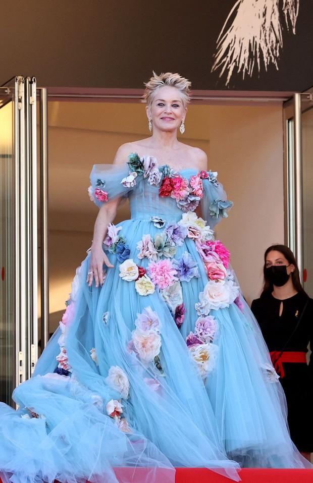 Thảm đỏ LHP Cannes: Tình cũ Brooklyn Beckham lộng lẫy nhưng mặt đầy mụn, mỹ nhân Catwoman như trải thảm hoa rực rỡ nhất hôm nay - Ảnh 10.