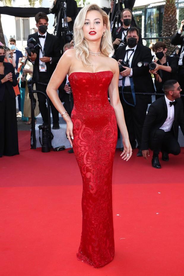 Thảm đỏ LHP Cannes: Tình cũ Brooklyn Beckham lộng lẫy nhưng mặt đầy mụn, mỹ nhân Catwoman như trải thảm hoa rực rỡ nhất hôm nay - Ảnh 16.
