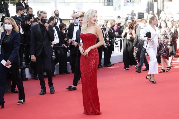 Thảm đỏ LHP Cannes: Tình cũ Brooklyn Beckham lộng lẫy nhưng mặt đầy mụn, mỹ nhân Catwoman như trải thảm hoa rực rỡ nhất hôm nay - Ảnh 17.