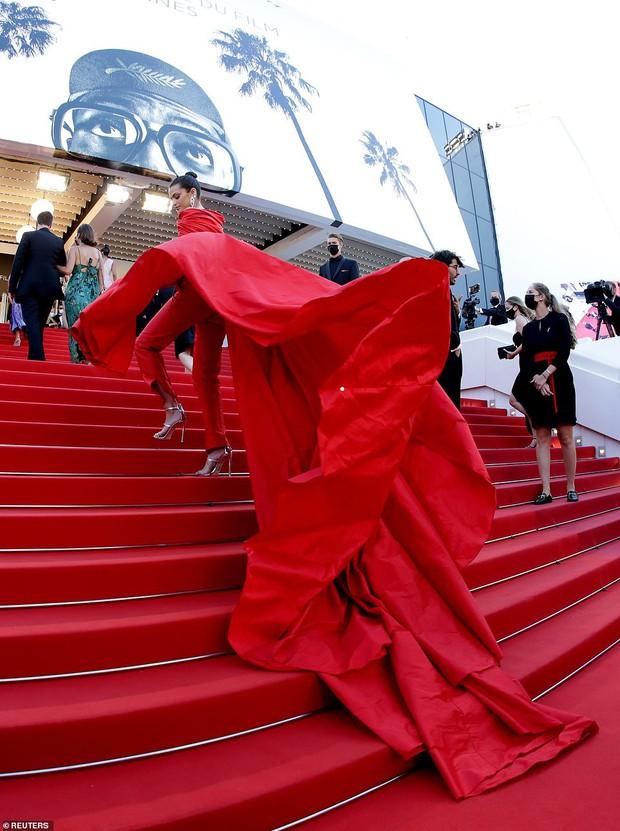 Thảm đỏ LHP Cannes: Tình cũ Brooklyn Beckham lộng lẫy nhưng mặt đầy mụn, mỹ nhân Catwoman như trải thảm hoa rực rỡ nhất hôm nay - Ảnh 13.