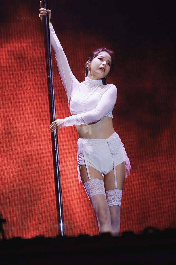 Thành viên MAMAMOO hết diện váy xuyên thấu lộ vòng 3 đến xé toạc áo lộ nội y khi cover hit của BTS - Ảnh 5.