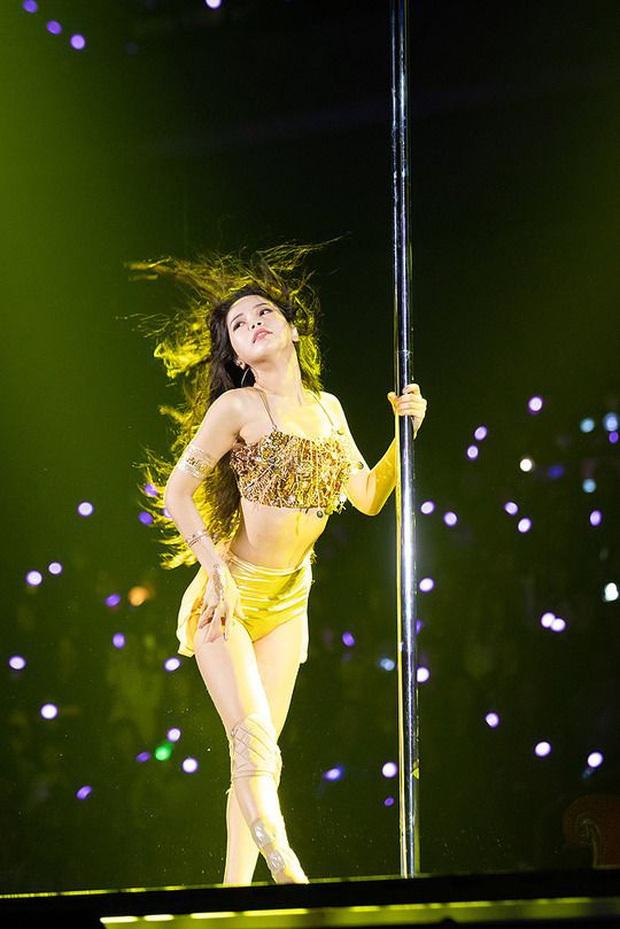 Thành viên MAMAMOO hết diện váy xuyên thấu lộ vòng 3 đến xé toạc áo lộ nội y khi cover hit của BTS - Ảnh 6.