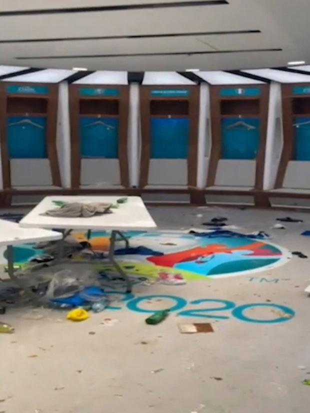 Phòng thay đồ của Italy bừa như bãi rác, trong khi tuyển Anh gọn gàng sạch sẽ - Ảnh 3.