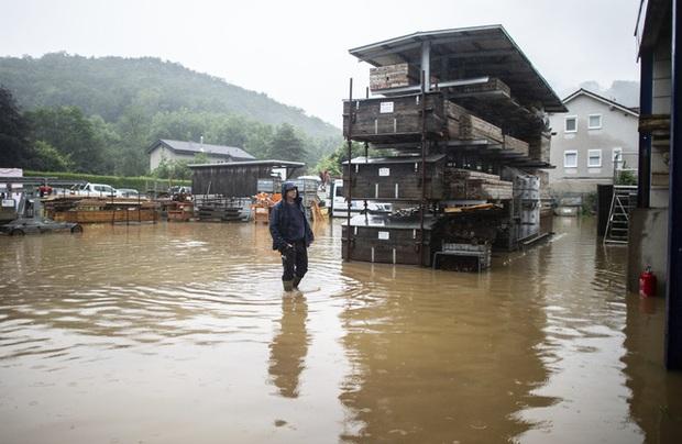 Mưa lớn gây ngập lụt nghiêm trọng tại Đức khiến ít nhất 6 người tử vong, 30 người mất tích - Ảnh 1.