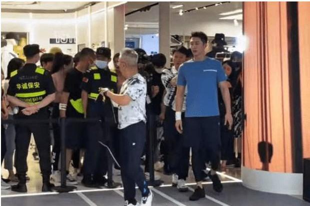 Sự kiện lố bịch nhất Cbiz: Hoàng Cảnh Du huy động hơn 100 vệ sĩ xếp từ cửa lên thang máy tầng 2, Cnet mỉa mai Ủa fan đâu? - Ảnh 4.